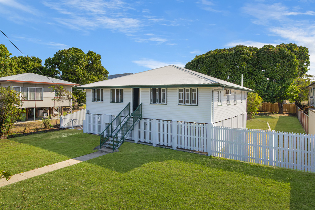 Fully Renovated Queenslander – Perfect location for home business or office!